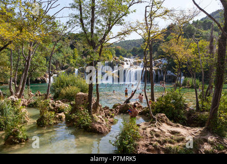 Kroatien, Dalmatien, Mitteldalmatien, Krka Nationalpark, Sibenik, Naturschutzgebiet, Cascades, Badegäste, - Stockfoto