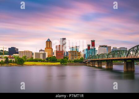 Portland, Oregon, USA die Skyline in der Dämmerung auf dem Willamette River. - Stockfoto