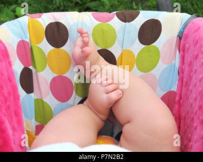 Ein Bild von little baby Füße in Autositz - Stockfoto