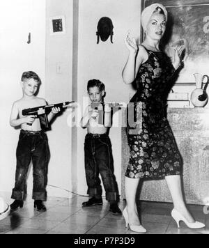 Zwei Jungen, die mit Gewehren gegen Mutter, Ca. 1950, genaue Ort unbekannt, Kuba, Karibik, Zentralamerika - Stockfoto