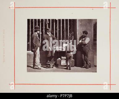 N/A. N/A 370 Die dramatische Shoe-Black von John Thomson - Stockfoto
