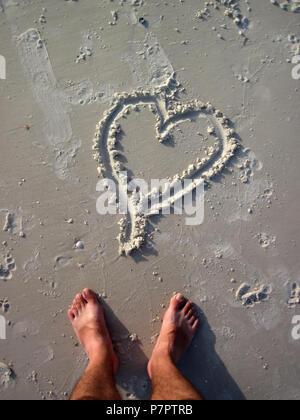Ein Bild von Herzform Zeichnung auf dem Sand - Stockfoto