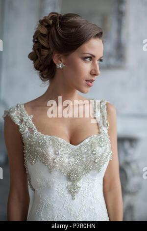 Wedding Dress in Paris. Braut in einer luxuriösen Wohnung in einem Hochzeitskleid. - Stockfoto