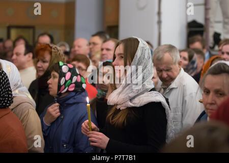Belarus, Gomel, am 8. April 2018. Die nikolsky Kloster. Die Feier der orthodoxen Ostern. Die Menge der Gläubigen in der Kirche. Viele Menschen in der c - Stockfoto