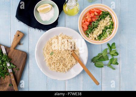 Zutaten zum kochen vegetarisch Salat mit Porridge Bulgur und Gemüse auf Holztisch, Ansicht von oben. Gesunde Ernährung Konzept - Stockfoto