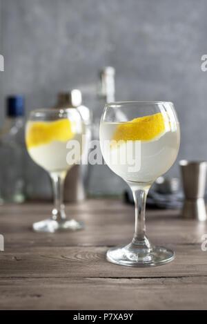 Vesper Martini Cocktail mit Zitrone Keil. Hausgemachte Vesper Cocktail auf Tabelle, kopieren.