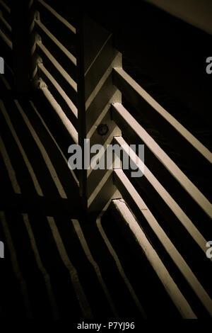 Die lichter Schatten auf das Geländer Holz in Schwarz und Weiß - Stockfoto