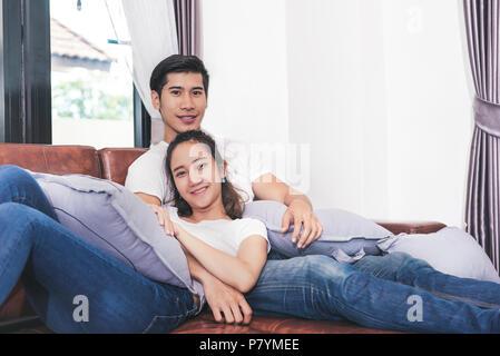 Süße Freizeit zusammen. Gerne schönen Liebhaber Wochenende zusammen verbringen auf der Couch oder Sofa zuhause zu Hause, Entspannen und Genießen auf ein paar Konzept i - Stockfoto