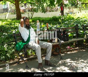 New York, Vereinigte Staaten. 07 Juli, 2018. New Yorker genießen Sie angenehme Sommer Wochenende am Washington Square Park Credit: Lev Radin/Pacific Press/Alamy leben Nachrichten - Stockfoto