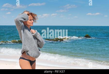 Happy gegerbt Frau im Bikini beim Spaziergang am Meer am tropischen Strand - Stockfoto