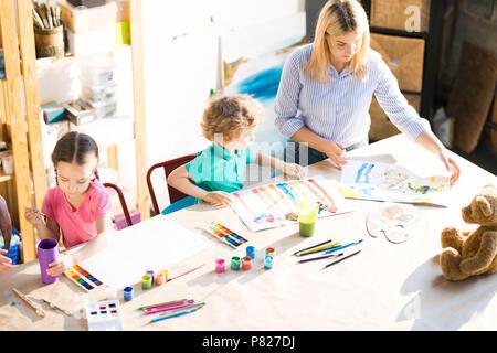 Kinder Malen während der Art Klasse - Stockfoto