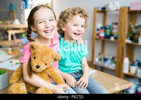 Happy Kids mit Teddybär - Stockfoto