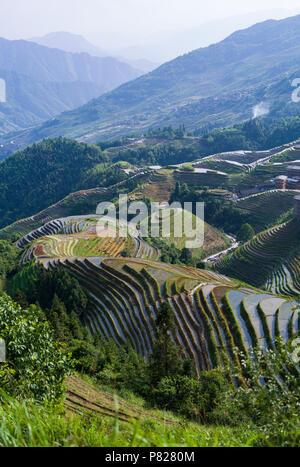 Panorama von Longji Reisterrassen - Dragon's Backbone - mit Dorf im Hintergrund - Stockfoto