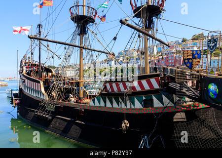 Volle Größe Replik des 16. Jahrhunderts Sir Francis Drakes Schiff, die Golden Hind, in den Hafen von Brixham, Devon, Großbritannien - Stockfoto