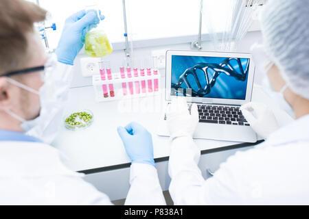 Zwei Wissenschaftler forschen - Stockfoto