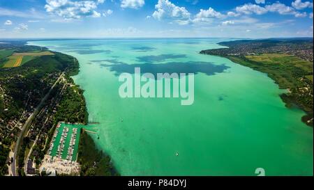 Balatonfuzfo, Ungarn - Panoramablick auf die Antenne auf die Skyline des Fuzfoi-Obol. Diese Ansicht enthält Balatonfuzfo, Balatonalmadi, Balatonkenese und Yacht Mari - Stockfoto