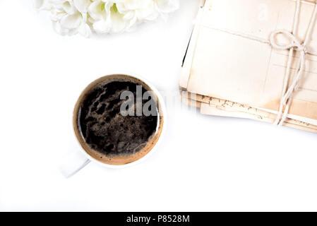 White Coffee Mug in der Nähe von Post karten platziert - Stockfoto
