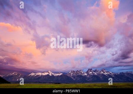 WY 02761-00 ... WYOMING - Sturm Wolken bei Sonnenaufgang über den Teton Bergkette vom Antelope Flats Road im Grand Teton National Park gesehen. - Stockfoto