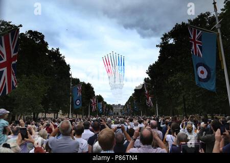 London, Großbritannien. 10. Juli 2018. Die roten Pfeile während einer spektakulären flypast oberhalb der Mall in London, und ist das Herzstück der 100. Jahrestag der Royal Air Force. RAF 100-jähriges Jubiläum feiern, London, am 10. Juli 2018. Credit: Paul Marriott/Alamy leben Nachrichten - Stockfoto