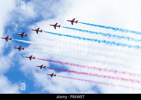 Windsor, Großbritannien. 10. Juli 2018. Die roten Pfeile fliegen über Windsor als Teil einer Flypast zu 100 Jahren der Royal Air Force. Die RAF, ersten unabhängigen Luftwaffe der Welt, wurde am 1. April 1918, als die Royal Flying Corps und der Royal Naval Air Service zusammengeführt wurden. Credit: Mark Kerrison/Alamy leben Nachrichten - Stockfoto