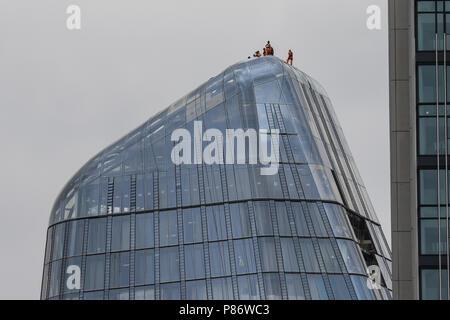 London, Großbritannien. 10. Juli 2018. Bauarbeiter auf London Der Bumerang Projekt auf ihre Gebäude wie Sie war der Royal Air Forces 100. Jahrestag Flypast. Credit: James Hancock/Alamy leben Nachrichten - Stockfoto