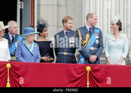 London, Großbritannien. 10. Juli 2018. Mitglieder der britischen Rioyal Familie beobachten die Flypast vom Buckingham Palace Balkon zu 100 Jahren der RAF Credit gedenken: Amanda Rose/Alamy leben Nachrichten - Stockfoto