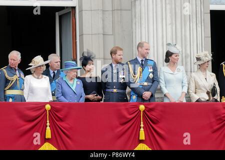 London, Großbritannien. 10. Juli 2018. Mitglieder der britischen königlichen Familie beobachten die Flypast vom Buckingham Palace Balkon zu 100 Jahren der RAF Credit gedenken: Amanda Rose/Alamy leben Nachrichten - Stockfoto