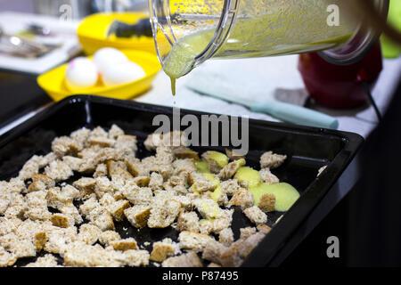 Knoblauch Sauce gießt auf Cracker für einen Caesar Salat - Stockfoto