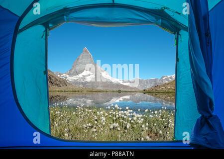 Ansicht von innen ein Zelt auf das berühmte Matterhorn in den Schweizer Alpen, in der Nähe von Zermatt. - Stockfoto