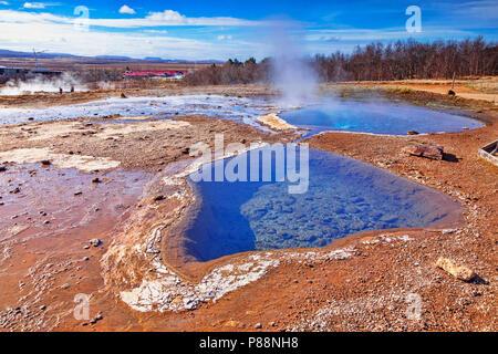 20. April 2018: Geysir, Island - Heiße Quellen dampfende an einem schönen Frühlingstag. - Stockfoto