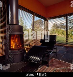 Wunderbar ... Schwarz Leder Le Corbusier Style Chaise Longue Neben Einem Großen  Holzofen In Einem Modernen Wohnzimmer