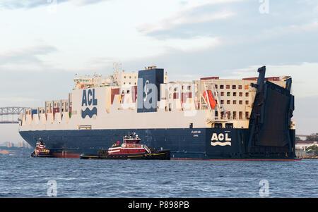 McAllister Abschleppen von New York Elizabeth und Brian A. Unterstützung von ACL-atlantischen Sonne nach Westen auf den Kill Van Kull für Newark Bay und die Elizabeth Seaport - Stockfoto