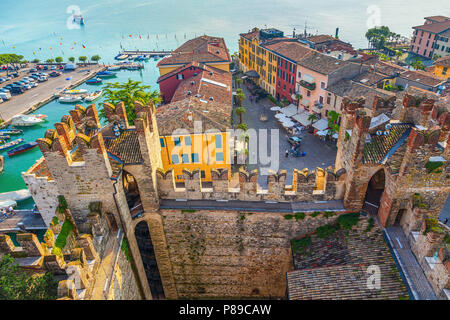 Die italienische Stadt Sirmione. Blick vom Turm der Burg der Scaliger. - Stockfoto