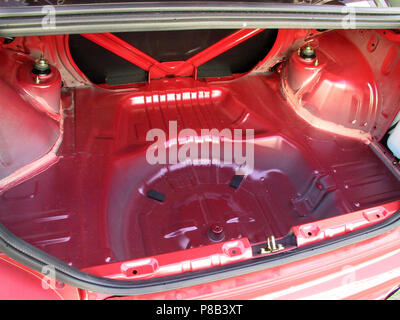 Mitsubishi Lancer Evolution 7 EVO VII - 2002 Modell in rot Farbe - Übersicht abgestreift Boot/Kofferraumboden für Gewichtsersparnis Zwecke - Stockfoto