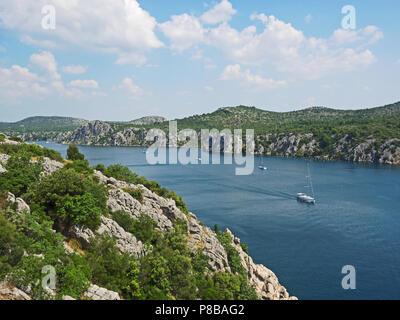 Landschaft mit Fluss Krka und Segelboote in Kroatien, in der Nähe von Sibenik - Stockfoto