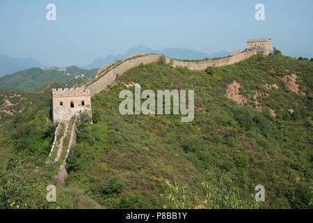 Die jinshanling Sektor der Chinesischen Mauer erstreckt sich entlang der nördlichen Grenze von China - Stockfoto