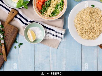 Zutaten zum kochen vegetarisch Salat mit Porridge Bulgur und Gemüse auf Blau Holz- Tabelle, Ansicht von oben. Gesunde Ernährung Konzept - Stockfoto