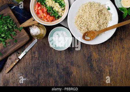 Zutaten zum kochen vegetarisch Salat mit Porridge Bulgur und Gemüse auf Holztisch, Ansicht von oben mit der Kopie. Gesunde Ernährung Konzept - Stockfoto