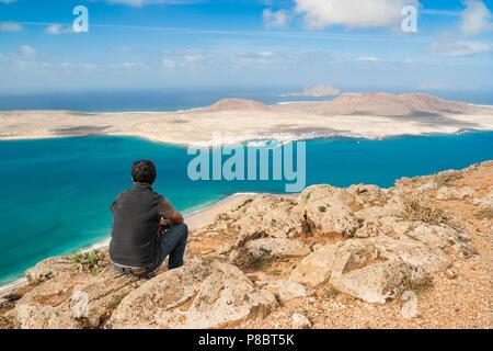 Blick auf die Insel La Graciosa und die Inselgruppe Chinijo von der Nordküste von Lanzarote, Kanarische Inseln, Spanien - Stockfoto