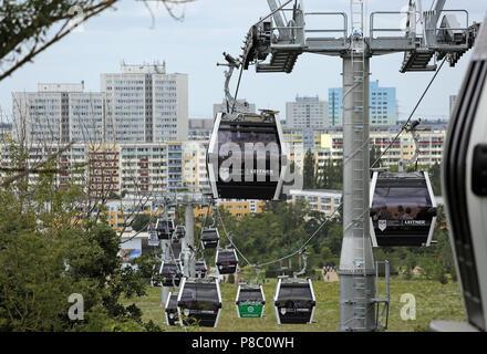 Berlin, Deutschland, Gondeln der Seilbahn über die Gärten der Welt - Stockfoto