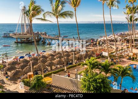 PUERTO VALLARTA, Mexiko - 10. MÄRZ 2018: Hektik und Stress und lebhafte Aktivität auf März 2018 in Strand Los Muertos, MX-JAL. - Stockfoto