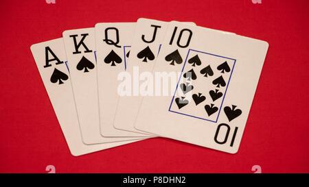 Royal Flush poker Hand auf rotem Hintergrund. - Stockfoto