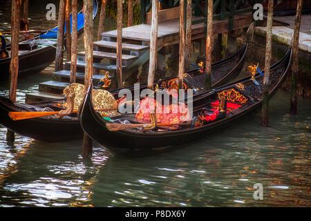 Gondeln an einem Pier in Venedig, Italien