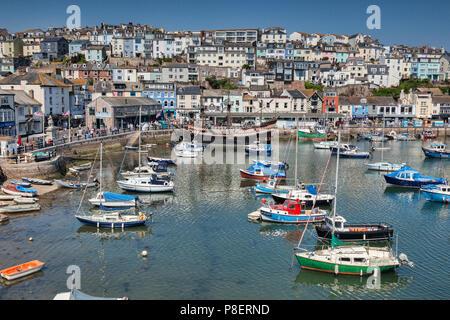 23. Mai 2018: Brixham, Devon, Großbritannien - Der Hafen mit der Replik Golden Hind an einem schönen Frühlingstag mit klaren blauen Himmel. - Stockfoto