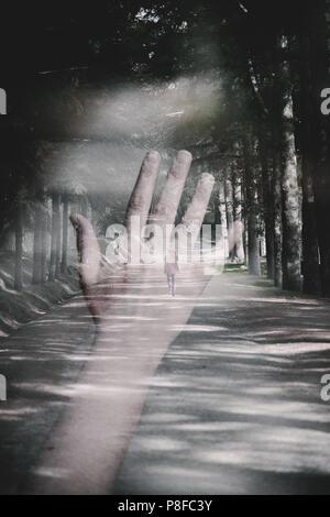Double Exposure der Hand einer Frau, die für eine Frau zu Fuß über einen Fußweg - Stockfoto