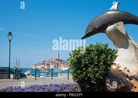 Dolphin Skulptur und Altstadt, Rovinj, Istrien, Kroatien - Stockfoto