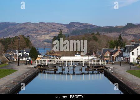 Die Swing Bridge und Schleusentore auf dem Caledonian Canal an Fort Augustus, Highland, Schottland, UK - Stockfoto
