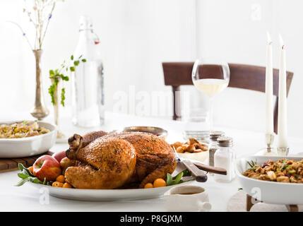 moderne weihnachten abendessen tischdekoration mit wei en quadratischen porzellanteller rote. Black Bedroom Furniture Sets. Home Design Ideas