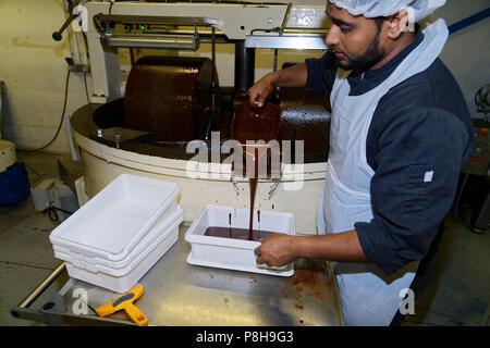 Noisiel, Frankreich. 11. Juli 2018. Patrice Chapon ist einer der wenigen Chocolatiers in Frankreich seine eigene Kakao zu braten. Entdeckung der Fabrik, Workshops der Transformation der Bohne, Praline, Beschichtung, das Design von Boxen, Produkte, die Schaffung von der Kakaobohne bis zum süße Schokolade während des Besuchs der Chocolaterie Chapon am 11. Juli 2018 in Biarritz, Frankreich. Quelle: Bernard Menigault/Alamy leben Nachrichten - Stockfoto