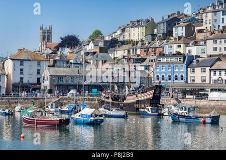 23. Mai 2018: Brixham, Devon, Großbritannien - Der Hafen mit der Replik Golden Hind an einem schönen Frühlingstag. - Stockfoto